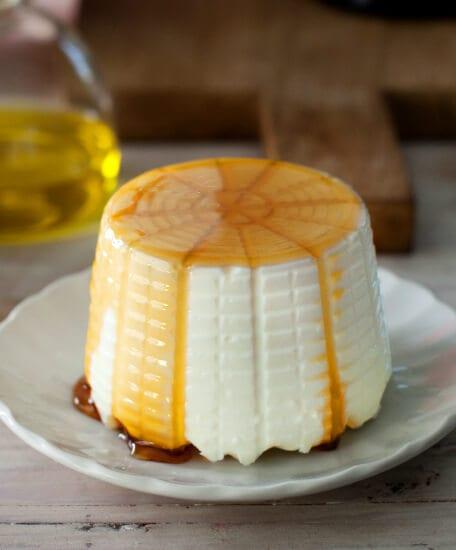 גבינת ריקוטה עם זילוף של דבש מעליה