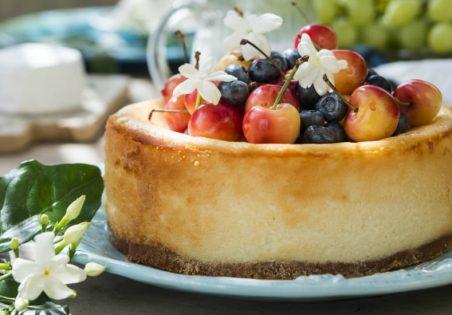 עוגת לאבנה ופירות קיץ