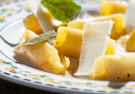 אניולוטי דלורית וריקוטה בחמאה אגוזית