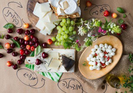 מבחר גבינות על מפה