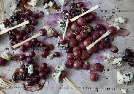 גבינה כחולה וענבים שחורים