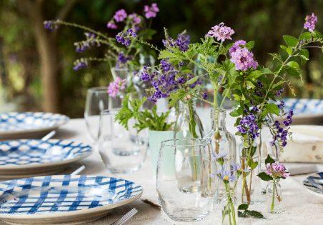 פרחים על שולחן בבקבוקוני זכוכית
