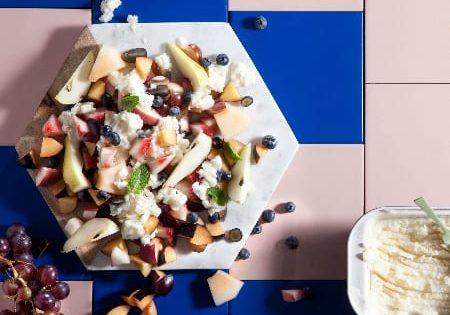 סלט פירות קיצי עם גרניטה של יוגורט עיזים ודבש