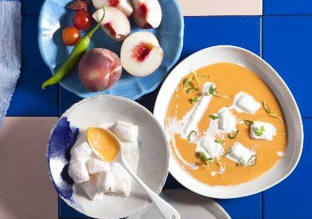 גספאצ'ו עגבניות שרי ואפרסק עם קוביות יוגורט עיזים קפואות
