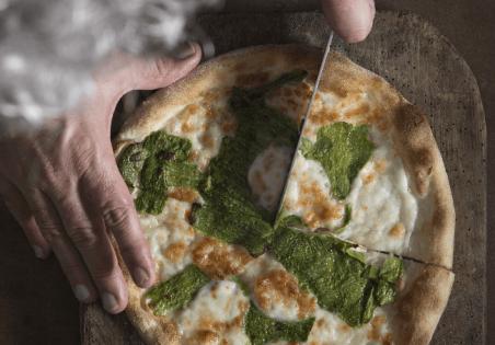פיצה עטופה בעורות ירוקים של נקבות קישואים ומוצרלה פרסקה של מחלבות גד